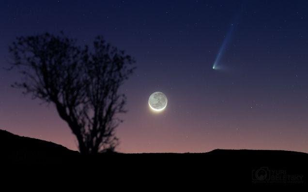 La luna y un cometa de dos colas reunidos en una imagen espectacular