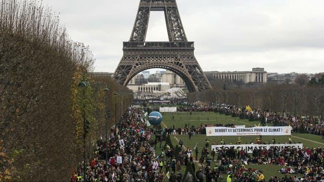 En la torre Eiffel, miles de manifestantes pedían un acuerdo válido del clima