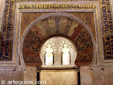 En las mezquitas del Islam la decoración es geométrica y anicónica