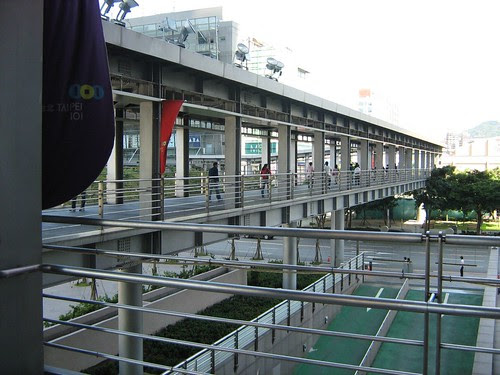 Bridge from Taipei 101 to other malls