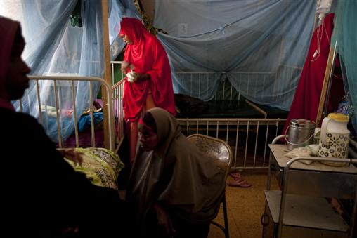 Γυναίκες έχουν τα άρρωστα παιδιά τους σε νοσοκομείο της Σομαλίας που υποστηρίζεται από τη UNICEF. Ο δείκτης θνησιμότητας για παιδιά κάτω των πέντε ετών στη Σομαλία είναι ο δεύτερος μεγαλύτερος στον κόσμο και δεν έχει μεταβληθεί από το 1990, παρόλο που στο ίδιο χρονικό διάστημα σε όλο τον κόσμο έχουν μειωθεί οι θάνατοι αυτών των παιδιών, από 12 εκατομμύρια ετησίως σε 6,9 εκατομμύρια. Αυτή η τραγωδία για τα παιδιά της Σομαλίας είναι αποτέλεσμα της φτώχειας και των συνθηκών ξηρασίας που δεν μπορούν να αντιμετωπιστούν λόγω του διαρκούς πολέμου.