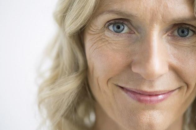 mujer sonriendo con arrugas en la cara
