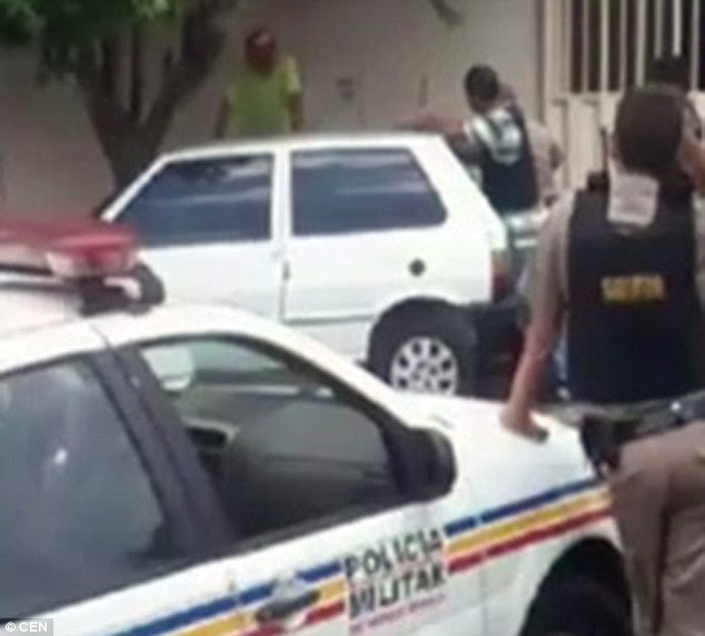 The man handed himself in after hours of negotiation and was taken to a psychiatric unit in the Clinical Hospital of the University of Uberlandia