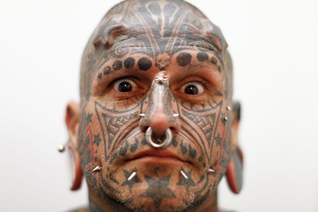 Victor Peralta, do Uruguai, mostrou os implantes na testa em forma de estrelas no festival venezuelano (Foto: Jorge Silva/Reuters)