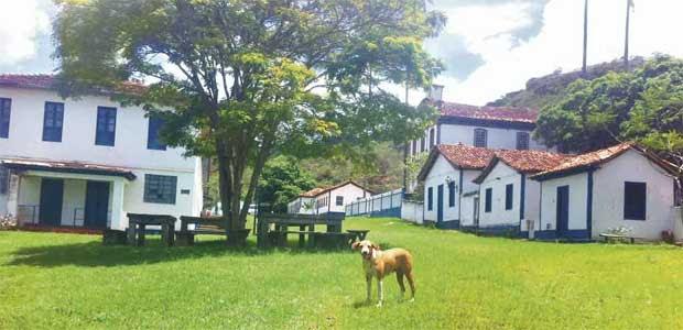 Hoje, três adultos, uma criança e o vira-lata Mequetrefe moram no  pacato lugarejo, a 300 quilômetros de Belo Horizonte e a 14 do Centro Histórico de Diamantina (Paulo Henrique Lobato/EM/D.A Press)