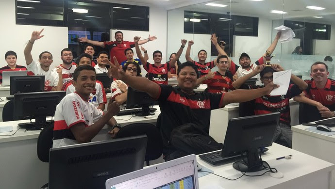 """Alunos vestem camisa do Fla para """"amolecer coração"""" do professor flamenguista (Foto: FGV/ Assessoria)"""