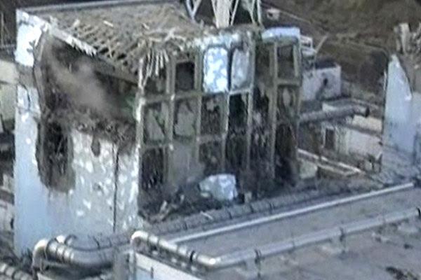 Reator 4 da usina nuclear de Fukushima ficou danificado após explosão; imagens foram tiradas de um helicóptero da força aérea japonesa (Foto: Reuters)