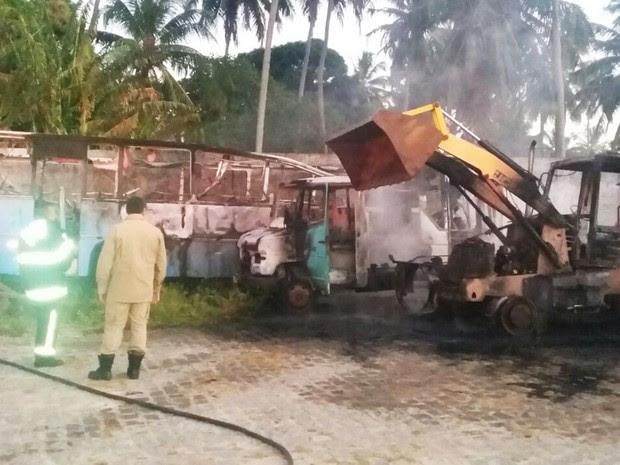 Incêndio destruiu um ônibus, um caminhão e uma retroescavadeira em uma garagem da Prefeitura de Senador Georgino Avelino (Foto: PM/Divulgação)