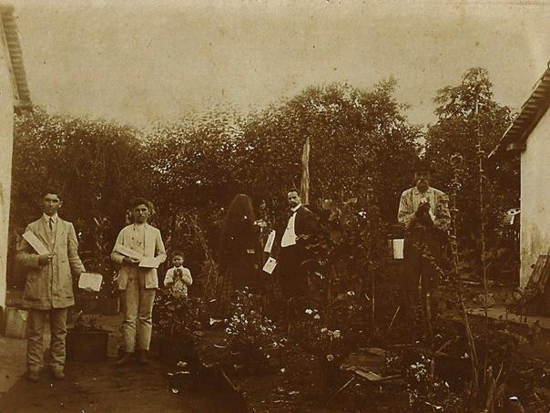 schutel_distribuindo_jornais_1913