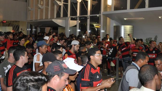 Flamengo desembarca em Cuiabá (Foto: Christian Guimarães)