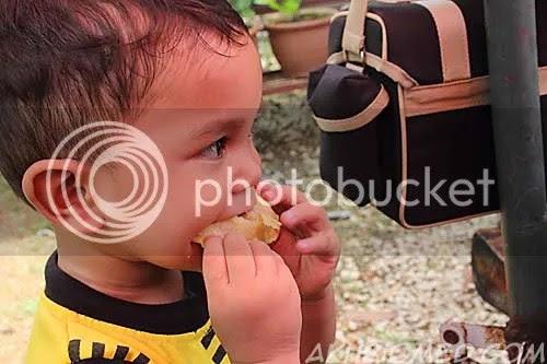baby aslah makan karipap gulung