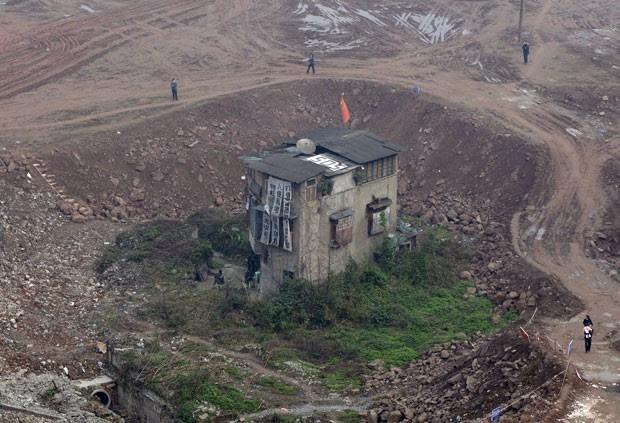Foto de 2009 mostra casa que não foi demolida em canteiro de obras em Chongqing (Foto: Reuters)