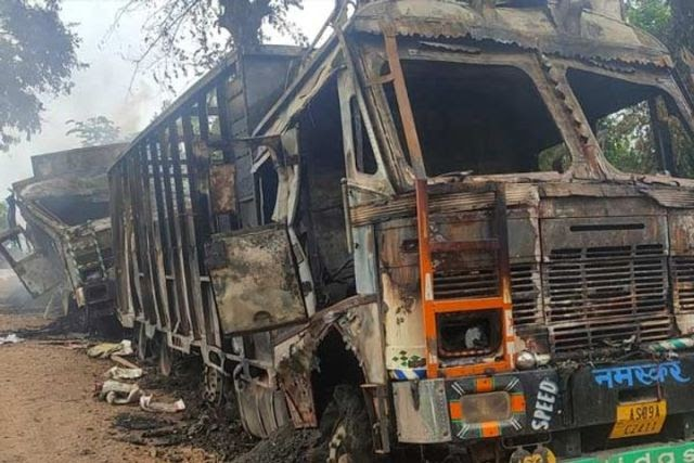அசாமில் தீவிரவாதிகள் லாரி மீது தாக்குதல் நடத்தியதில் 5 பேர் உயிரிழந்தனர்