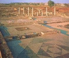 ΠΕΛΛΑ. Η Πέλλα, πρωτεύουσα του κράτους των Μακεδόνων. Πολλές είναι οι ερμηνείες για την ονομασία της. Μπορεί να ονομάστηκε έτσι: α) από μια τεφρόχρωμη (στο χρώμα της τέφρας) αγελάδα β) από τους «πέλλας» δηλ. τους λίθους (πέτρες) γ) από τον ήρωα Πέλλα, που την ίδρυσε.