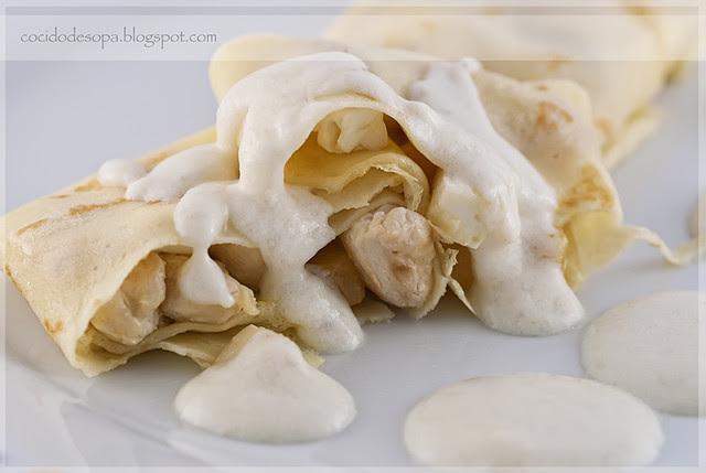 Crêpes rellenos de pollo, melocotó y queso con salsa bechamel aromatizada al ajo_1