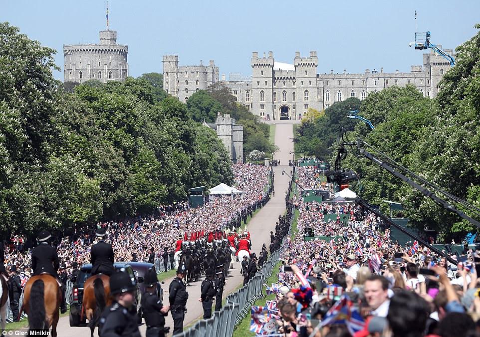 O Castelo de Windsor proporcionou um cenário resplandecente, enquanto a carruagem do casal e os soldados montados voltavam para a recepção.