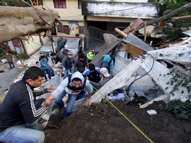 Moradores deixam área afetada por um deslizamento de terra em Santa Catarina Pinula, na periferia da Cidade da Guatemala. Segundo a imprensa local, seis corpos foram recuperados a partir de lama e cerca de 40 casas foram destruídas (Foto:  Josue Decavele/Reuters)