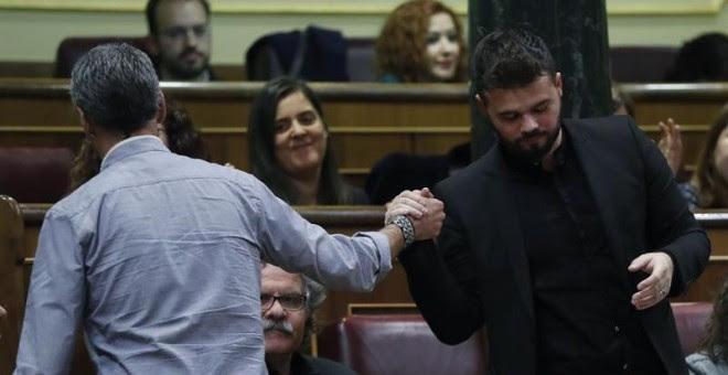 El portavoz adjunto de ERC en el Congreso, Gabriel Rufián, saluda al diputado de EH Bildu, Oskar Matute, durante el debate de investidura en el Congreso hoy en Madrid. / EFE