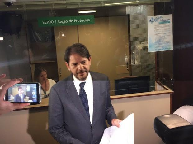 Cid Gomes protocola pedido de impeachment do vice-presidente Michel Temer na Câmara (Foto: Nathalia Passarinho / G1)