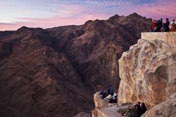 Amanecer en la cima del monte Sinaí, en Egipto.