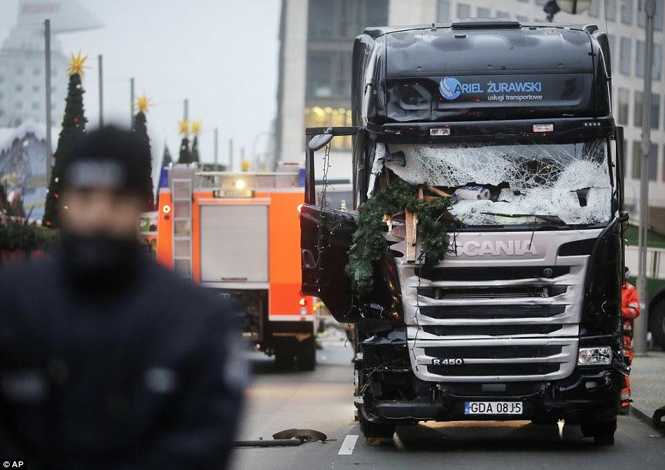 Terrível: A frente esmagada do camião usado para matar pessoas aproveitam o período de preparação para o Natal.  Uma grinalda de uma das barracas foi almejada no seu pára-brisas destruídos