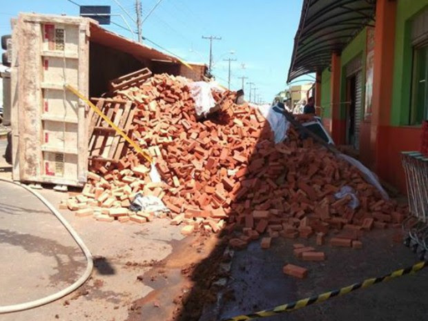 Veículo 'desapareceu' em meio aos tijolos que caíram (Foto: Arquivo Pessoal/ Isaías Arruda)