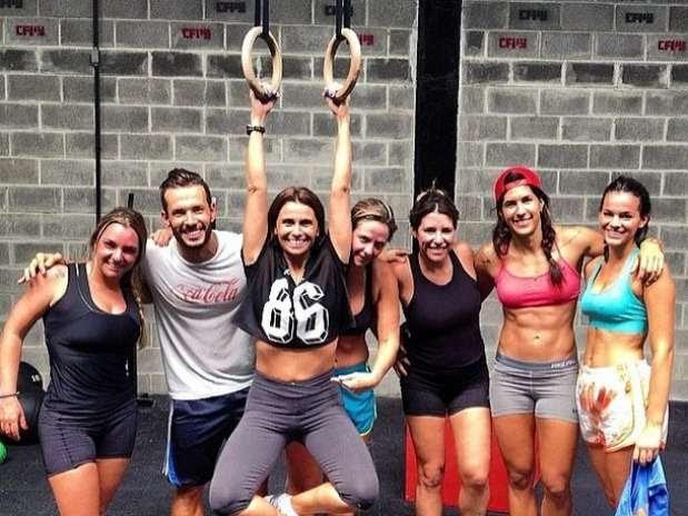 Bruna Marquezine e Giovanna Antonelli com amigos em aula de crossfit Foto: Instagram / Reprodução