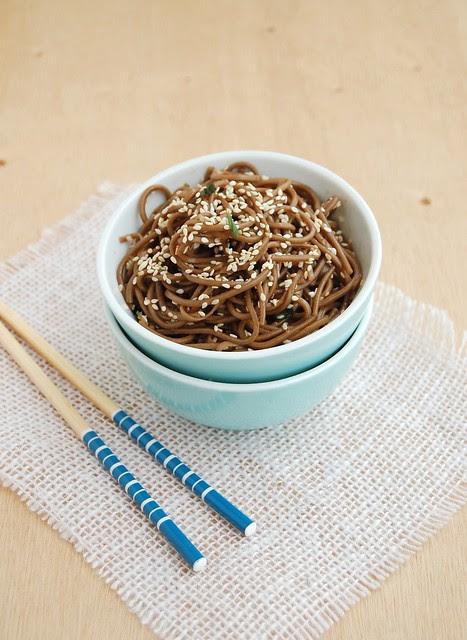 Soba noodles with sesame seeds / Soba com gergelim