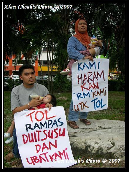 http://haxa.blogs.com/Protest111.JPG
