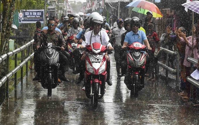 Beberapa final ini Presiden Jokowi kerap menjadi pembicaraan Jokowi Kembali Tampil Nyentrik Dengan Motor Listrik, Kira-kira Seperti Apa ya Motornya?