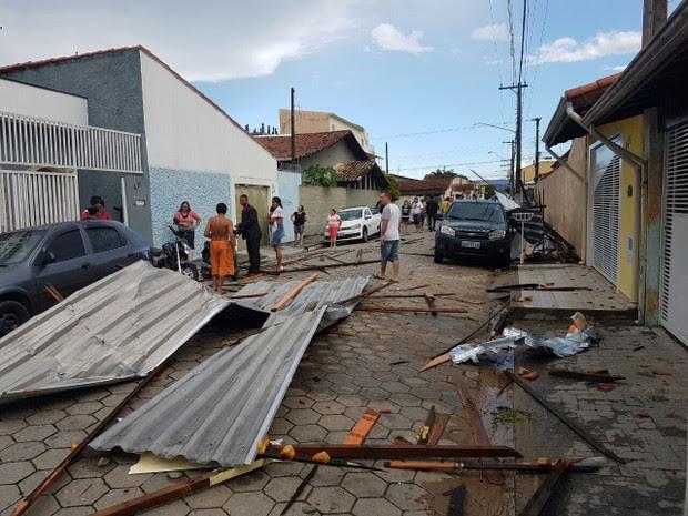 Telhas atingiram igreja e se espalharam por avenida em Lorena (Foto: Arquivo Pessoal/Everson Royal)