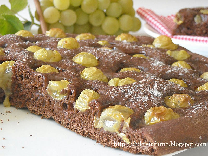 Focaccia al Cacao con Uva Fragola Bianca-Cocoa Focaccia with White Strawberry Grape