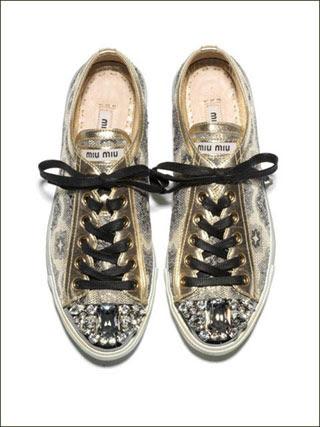Sneakers di pelle con applicazione di pietre preziose in punta, Miu Miu (a partire da 295 €).