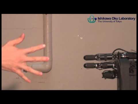 video que muestra a un robot que siempre gana jugando a piedra, papel o tijera