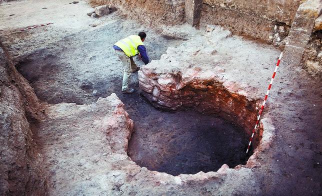 El suelo oscurecido de la parte baja del horno atestigua las temperaturas superiores a 1.000 grados que alcanzaba hace seis siglos. Luis López Araico