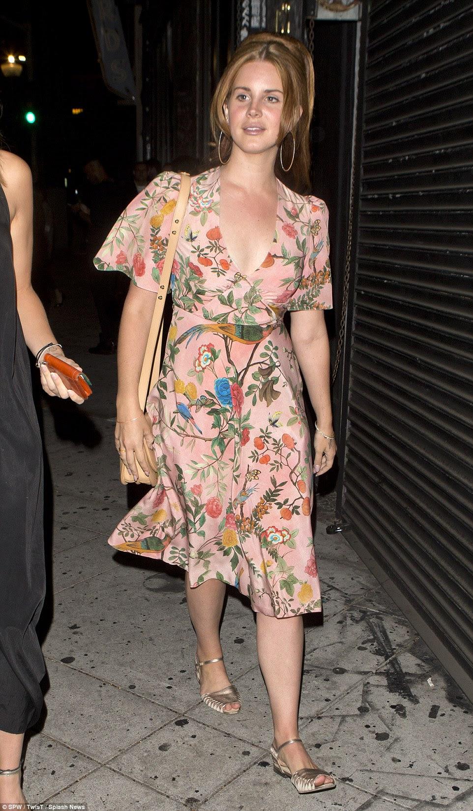 Desafiando o código de vestimenta?  Lana certamente parecia mais vestido para baixo do que os seus companheiros - exibindo seu estilo único de costume
