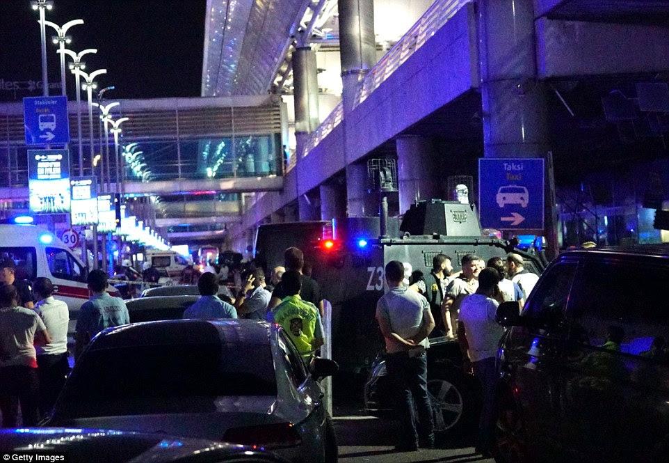 agentes de segurança turcas em veículos blindados se reuniram em frente ao aeroporto como o local foi procurado mais explosivos