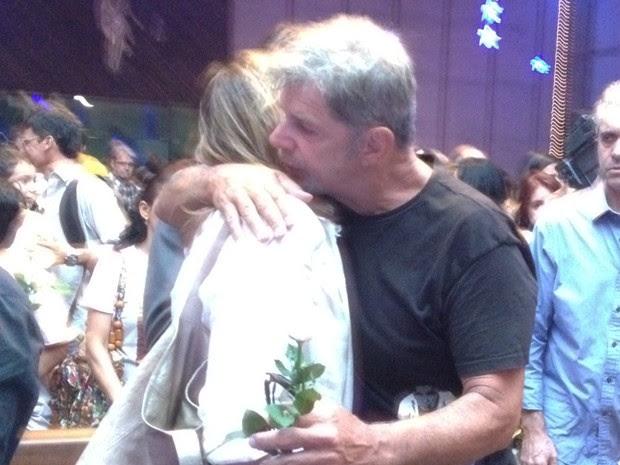 Glória Perez e Raul Gazolla se abraçam ao fim da missa, por volta das 20h (Foto: Lívia Torres / G1)