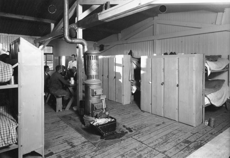 File:Bundesarchiv Bild 146-1984-075-22, Reichsautobahnbau, Wohnraum im Lager.jpg