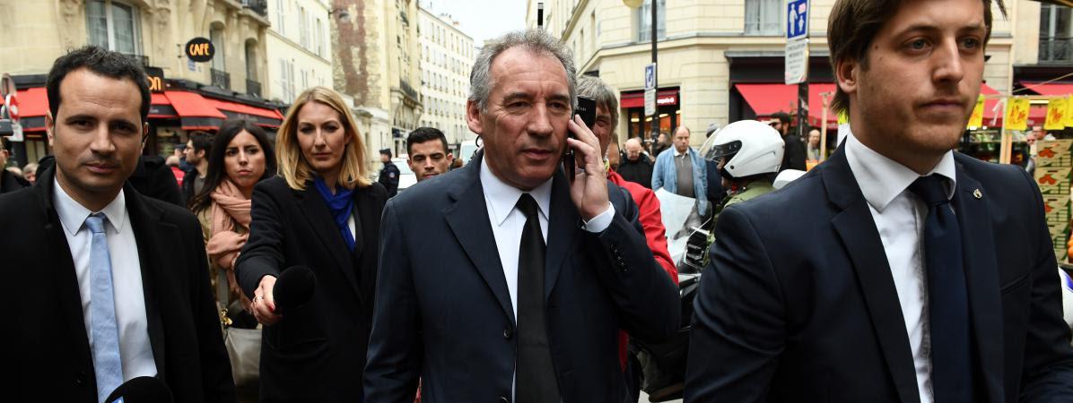 François Bayrou au téléphone le 14 mai 2017 à Paris.