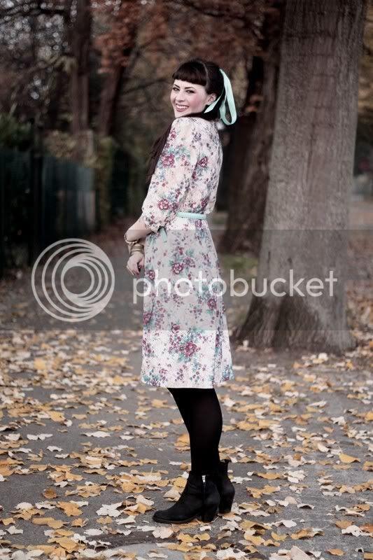 vintage outfit blumen kleid florales muster türkise schleife im haar pferdeschwanz hellblauer gürtel akira pistol boots