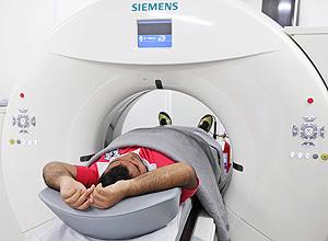 Paciente usa tomógrafo especial para obesos de até 320 kg, no Hospital Carlos Chagas, na zona norte do Rio