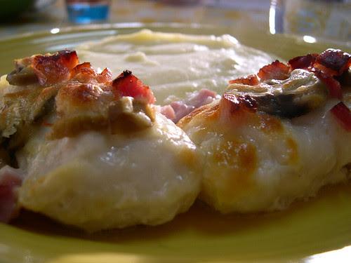 Medalhões de pescada com bacon, cogumelos e mozarella