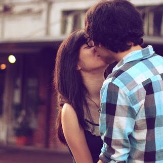 kissing-whatsapp-dp-for-couple-lovers