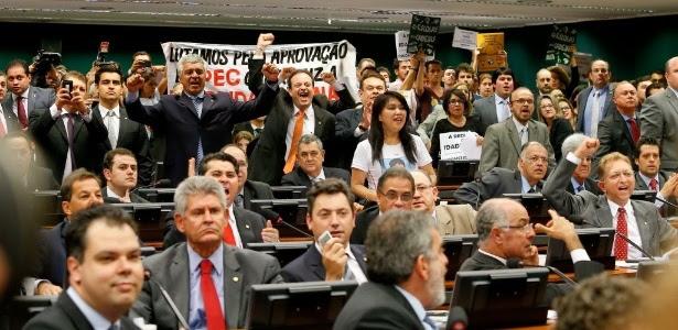 Deputados e manifestantes comemoram aprovação da proposta