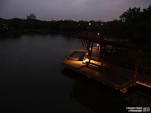 入夜的湖畔雅座
