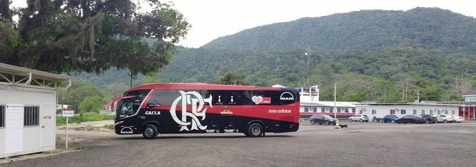 Ônibus do Flamengo deixa o centro de treinamentos rumo a São Paulo (Foto: Fred Gomes/GloboEsporte.com)