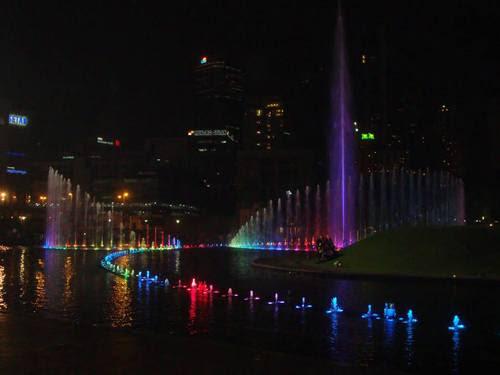 Пеещите фонтани вечер