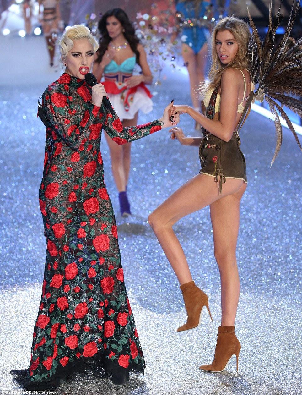 Aguente!  Como ela fez sua saída do palco, Stella realizada brevemente as mãos com Lady Gaga, que foi um dos artistas da noite