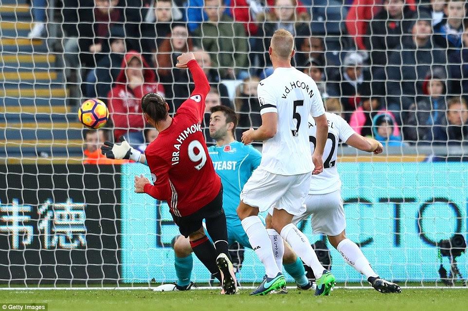 Ibrahimovic se asoma desde corta distancia para anotar su segundo gol y tercero del Manchester United en el estadio de la libertad